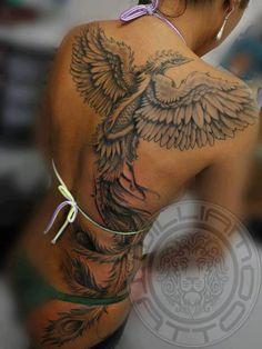 exemple tattoo phoenix femme dos grandes ailes ouvertes