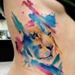 idee tatoo femme lion aquarelle cotes et ventre
