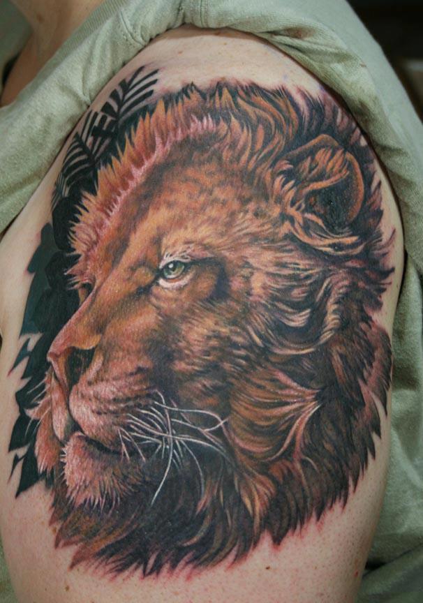 modele tatouage lion sur le haut du bras d une femme
