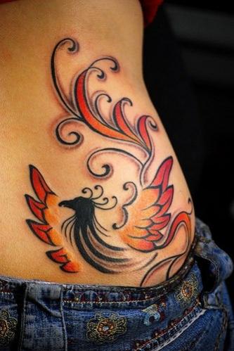 phoenix tatouage tres feminin et stylise sur la hanche