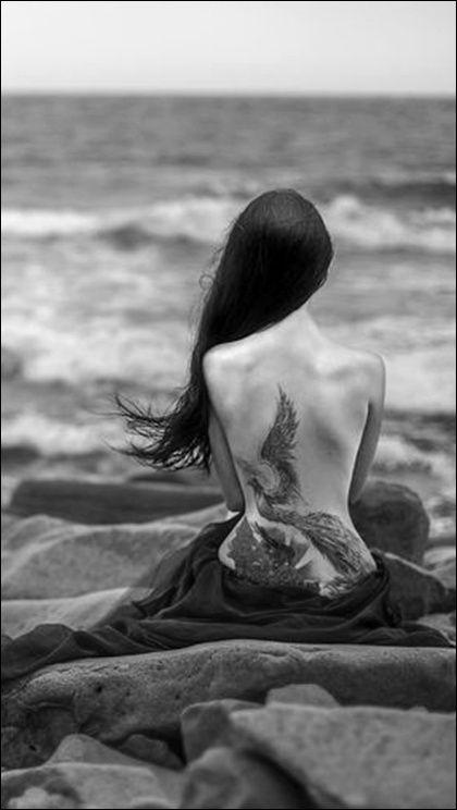photo tatouage phoenix femme bas du dos de profil