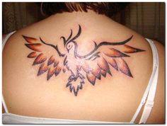 photo tatouage phoenix femme dos ailes ouvertes