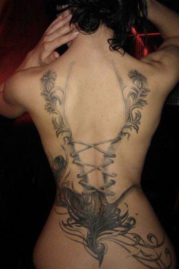 photo tattoo feminin phoenix avec rendu corset dans le dos