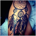 beau tattoo feminin attrape reve indien cuisse et hanche 6 plumes