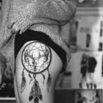 exemple tatouage attrape reve femme hanche avec crane dans la rosace