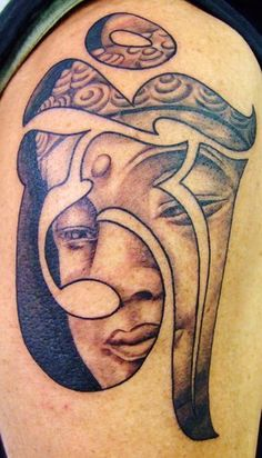 exemple tatouage bouddha femme dans symbole om