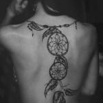 magnifique tatouage indien attrape reve femme collier dos