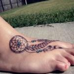 modele tatouage attrape reve plume sur le pied