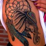 tatouage femme attrapeur de reve avec tete d elephant plumes bleues longues et perles couleur