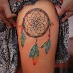 tatouage indien attrape reve femme plumes couleurs haut de la cuisse