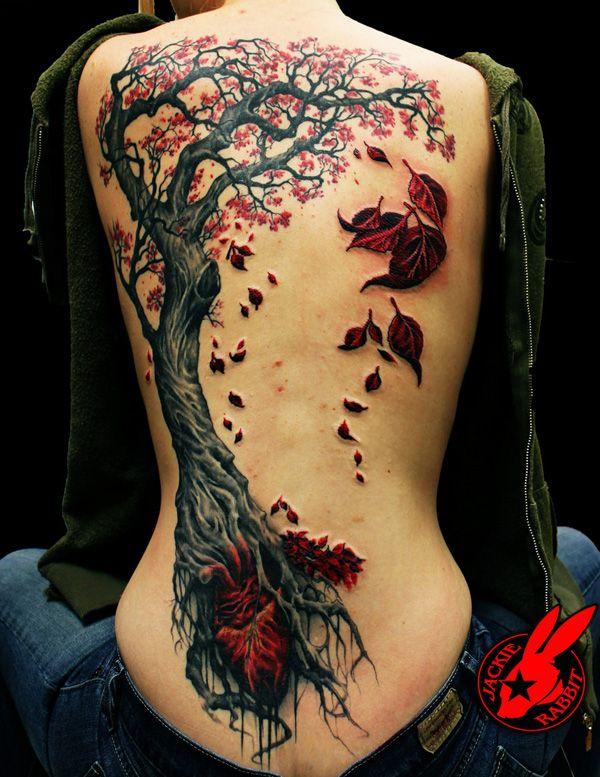 grand arbre japonais dos femme a tatouer fleurs et feuilles rouges