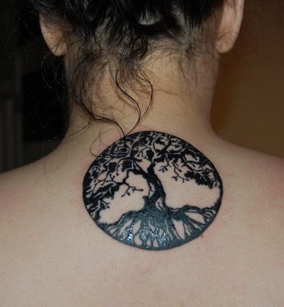 tatouage femme arbre de vie sous la nuque