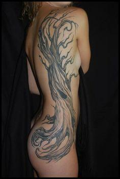 tronc arbre femme a tatouer toute la longueur du dos et fesse