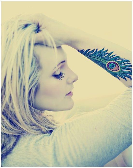 tatouage grande plume de paon femme avant bras