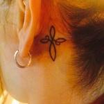 double infini tatoue derriere l oreille