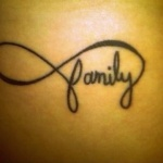 exemple tatouage infini femme avec mot family