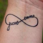 photo tattoo signe infini poignet avec 2 prenoms