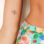 tatouage discret femme double infini croise bras