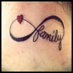 tatouage family et coeur sur signe infini
