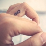 tatouage femme infini doigt annulaire
