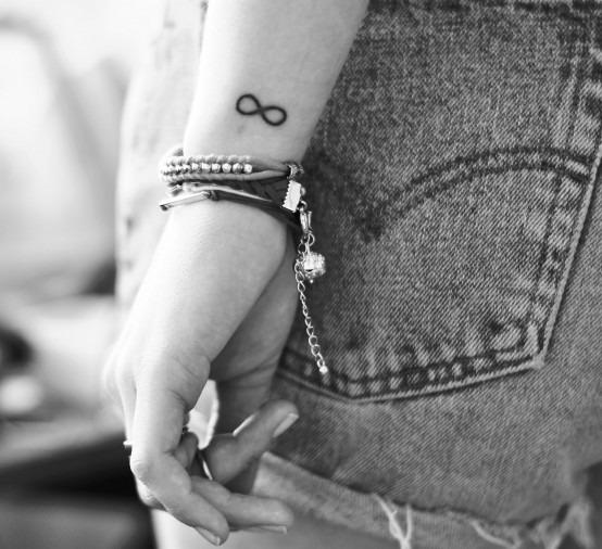 tatouage poignet signe infini discret