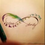 tatouage symboles infini plume verte family love