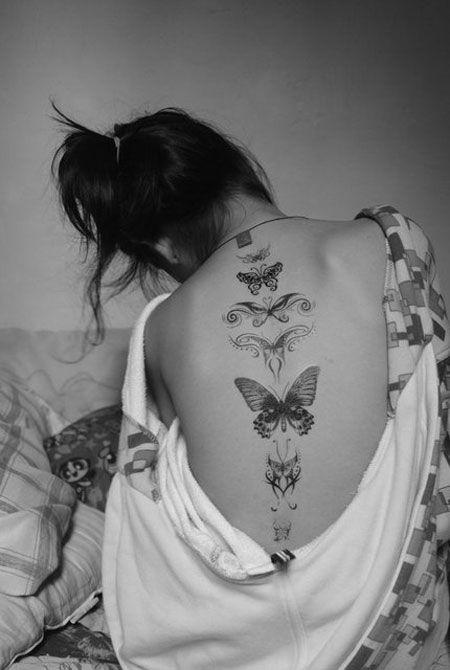 7 papillons tatoues le long de la colonne vertebrale