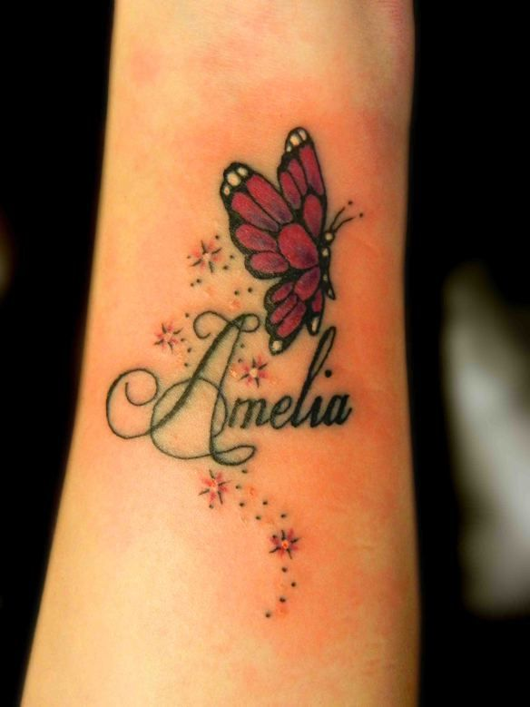 tatouage papillon profil femme avec prenom et etoiles interieur avant bras