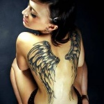 idee tattoo dos femme ailes d ange demarrant sur les omoplates