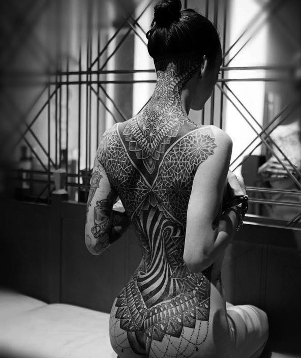 photo tattoo feminin dos complet et fesses tres reussi