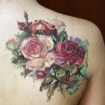 idee tattoo roses femme sur omoplate realistes