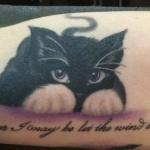 Adorable tatouage chat noir avec de beaux yeux et phrase
