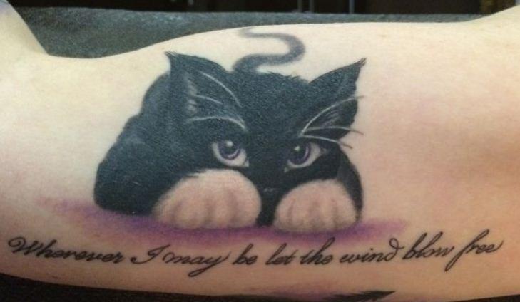 Adorable tatouage chat noir avec de beaux yeux et phrase tatouage femme - Tatouage chat noir ...