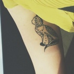 Idee tatouage chat mandala de profil sur mollet