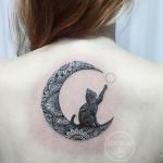 Modele tatouage chat lune mandala sous la nuque centre du dos