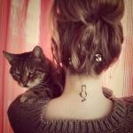Petit tattoo feminin chat de dos nuque
