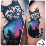 Tatouage chat fille colore en bleu et rose avec arbres et etoiles