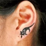 Tatouage chat noir marchant sur oreille