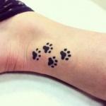 Tatouage empreintes de chat sur cheville