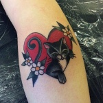 Tatouage femme chat noir et blanc dans coeur rouge avec fleurs haut du mollet