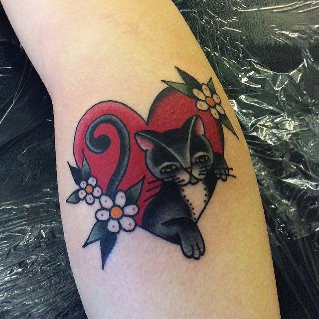 Tatouage femme chat noir et blanc dans coeur rouge avec fleurs haut du mollet tatouage femme - Tatouage chat noir ...