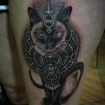 Tatouage femme chat siamois facon divinite egyptienne bastet