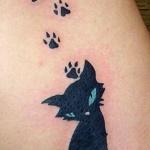 Tatouage femme petit chat noir avec ses traces de pattes