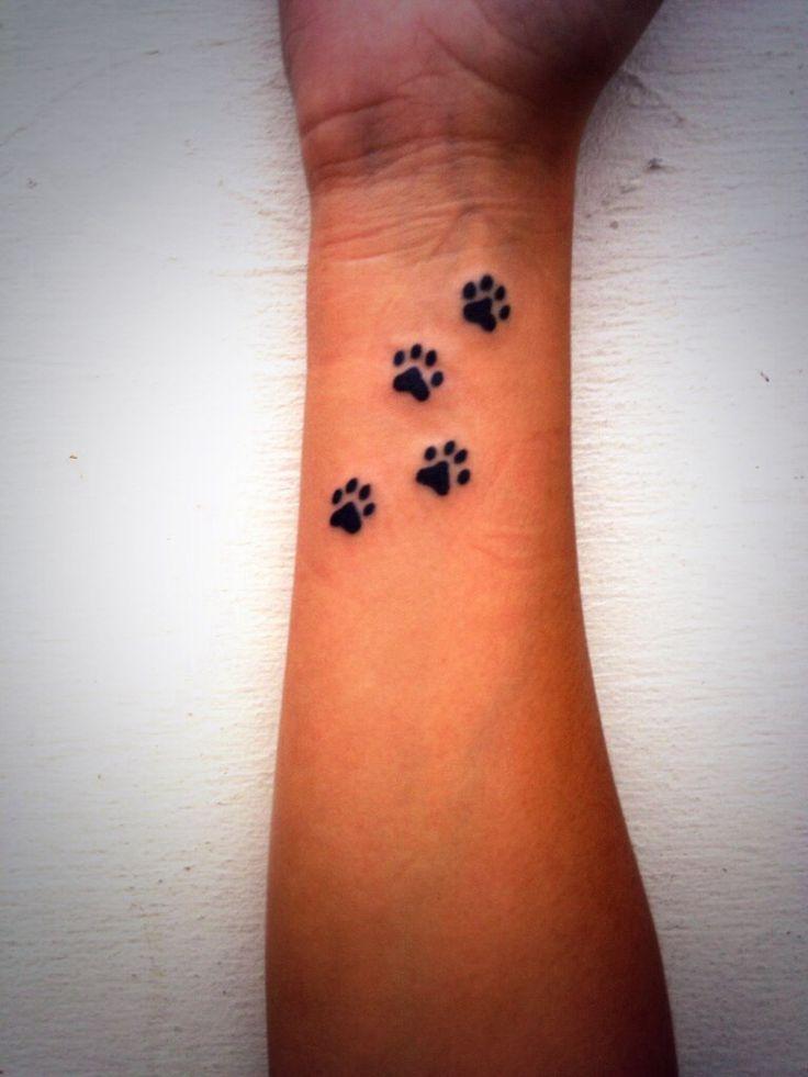 Tatouage femme poignet 4 pattes de chat