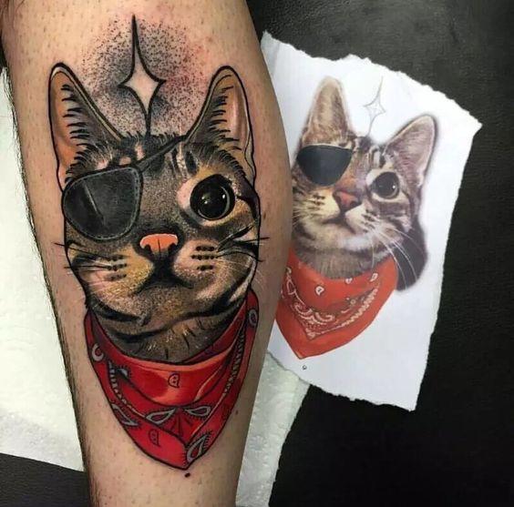 Tatouage femme portrait hyperrealiste chat avec foulard