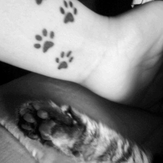 Tatouage femme traces de pattes de chat poignet
