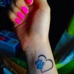 Tatouage patte de chat avec coeur poignet femme