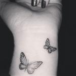 Idee tattoo discret interieur poignet femme 2 papillons