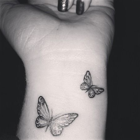Idee tattoo discret interieur poignet femme 2 papillons tatouage femme - Tatouage interieur poignet ...