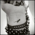 Inspiration petit lezard a tatouer interieur poignet feminin